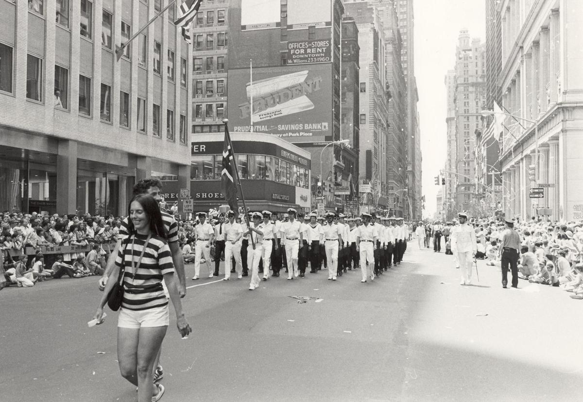 Enkeltbilde. Fregatten KNM Trondheim, besøker New York under 200-års jubileum 4/7-1976. Parade på Broadway