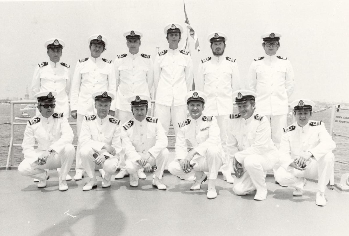 Enkeltbilde. Fregatten KNM Trondheim, besøker New York under 200-års jubileum 4/7-1976. Offiserbesetningen. Foran til høyre: Roar Gregersen. Nr.2 bak fra venstre er Svendsby (skipslege). Foran fra venstre:  2=Iver Poppe, 3=Rhino Paus, 4=Granmar, 5=Leif Kulseng