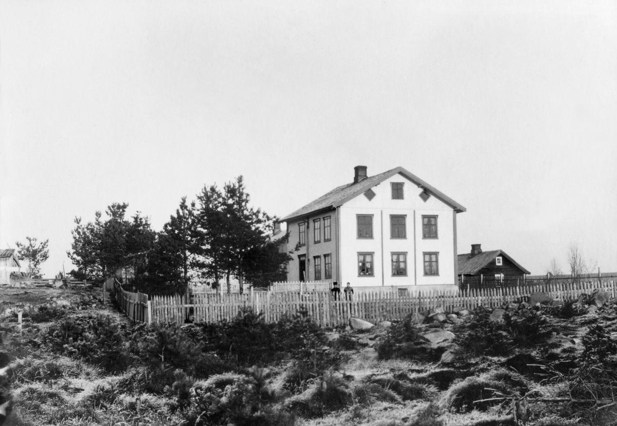 SKREDDER ERIK GRANERUDS HUS I BRISKEBYEN, DISENHAGEN, 1898. FRA 1886 BLE DET EN TID LEID LOKALER HOS ERIK GRANERUD I LØVHAUGGARDEN FOR DET SOM BLE KALT HJELPESKOLEN ELLER SMÅSKOLEN.