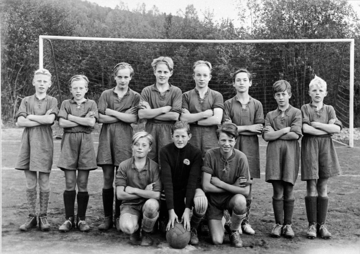 Brumunddal småguttelag i 1948, foran v: A. Hagen, J. Eriksen, R. Rustadbakken, 2 r: M. Elvsveen, B. Lien, E. Bekkevold, B. Hatterud, L. Larsen, A. Ørbakk, S. Hovelstuen, Å. Skaugen.