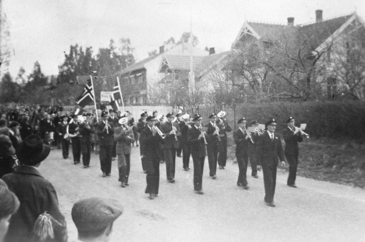 Musikkorps i spissen for 17. maitog, Moelv.