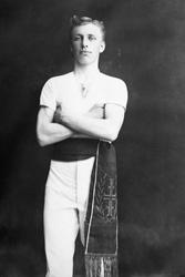 Sigurd Tomter, turner i Hamar Idrettslags turngruppe. Magebe
