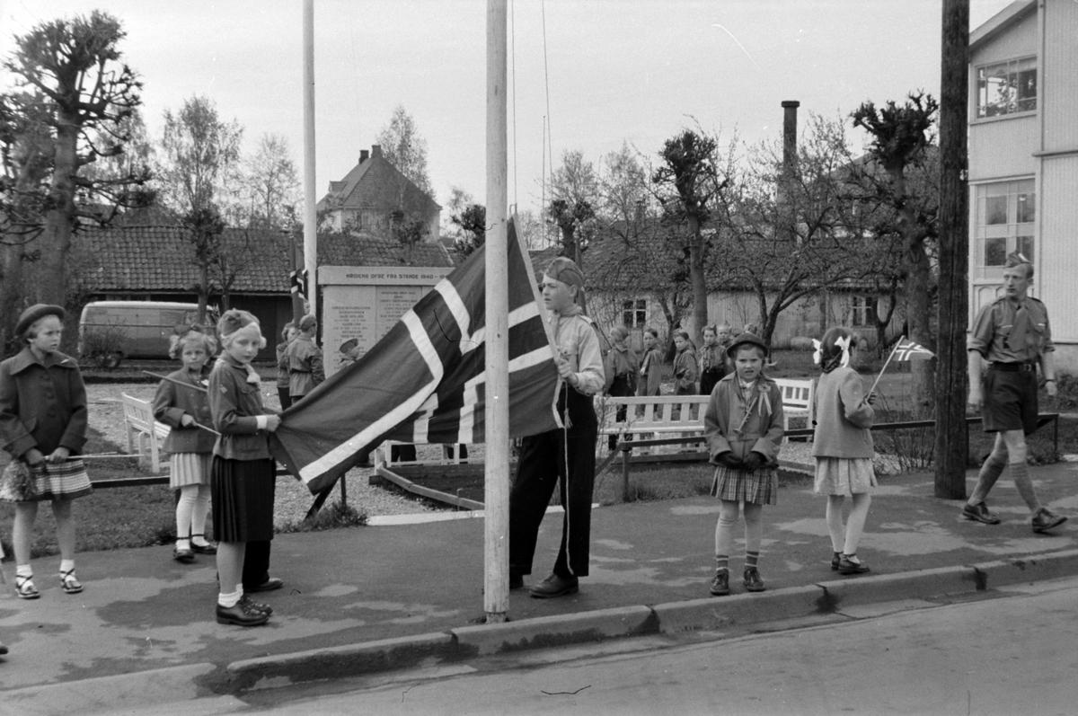 STANGE, 17 MAI, SPEIDERE VED MINNESMERKE OVER DE FALNE 1940-1945, FLAGGHEISING.