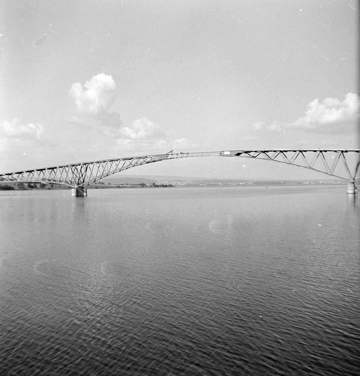 Nessundet bru mellom Tingnes og Helgøya. Åpnet 1957.