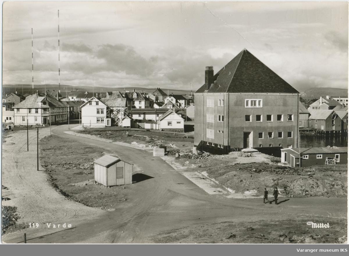 Postkort, Valen, Rådhuset til høyre, ca. 1955