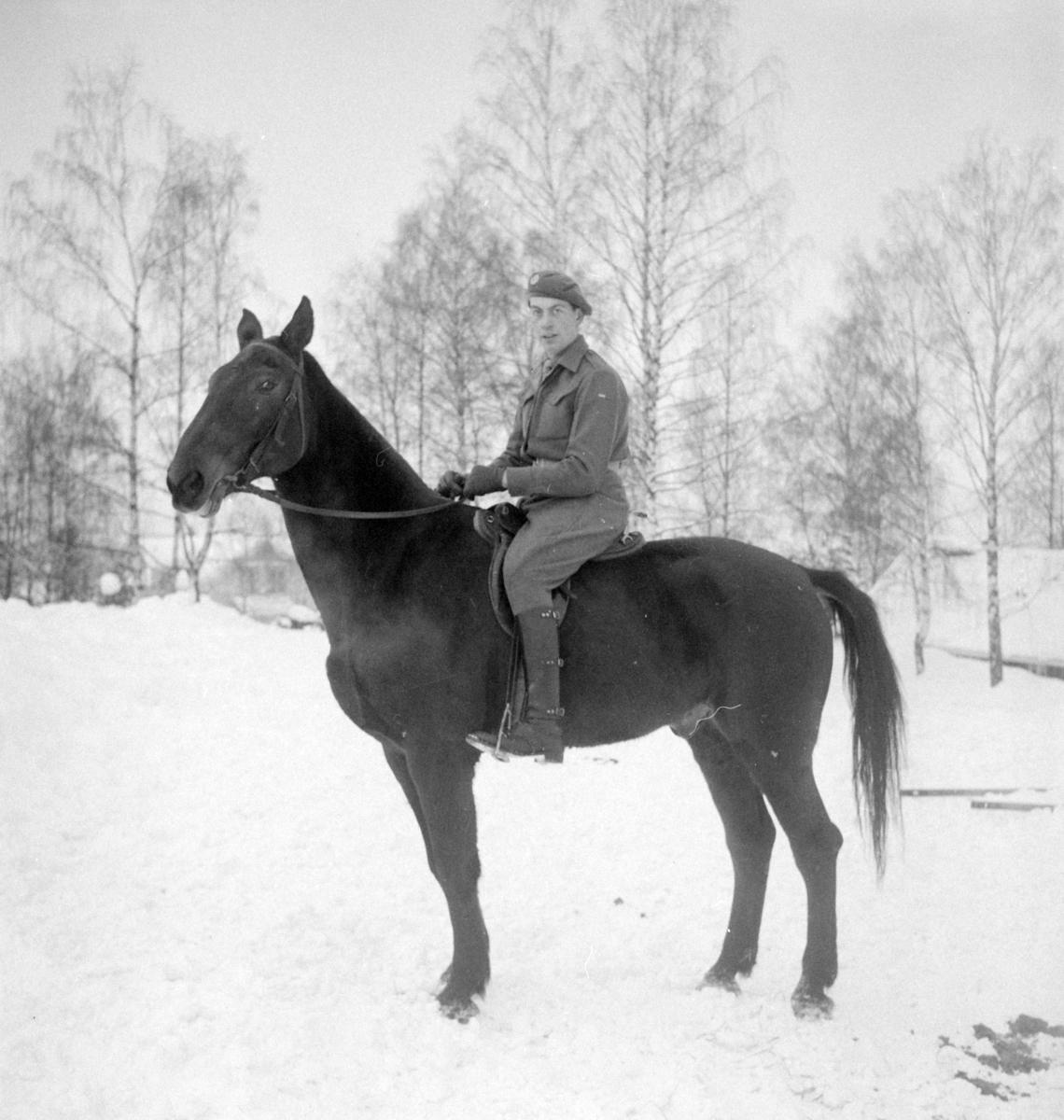Militære, Starum ekserserplass, diverse kurs og diverse portretter, 1950. Starum.    Bilde nr. 1: Fenrik Raassum, nr. 2: fenrik Midtbø, nr. 3: sersjant Grini, nr. 4: sersjant Mo, nr. 5: R. Løkken.   Bilde nr. 6 til 20: Ukjente menn på hester.  Bilde nr. 21 til 23: Ukjente menn, bilde nr. 24: Sersjant Aabel.  Nr. 27 til 30: Ukjente menn til hest.