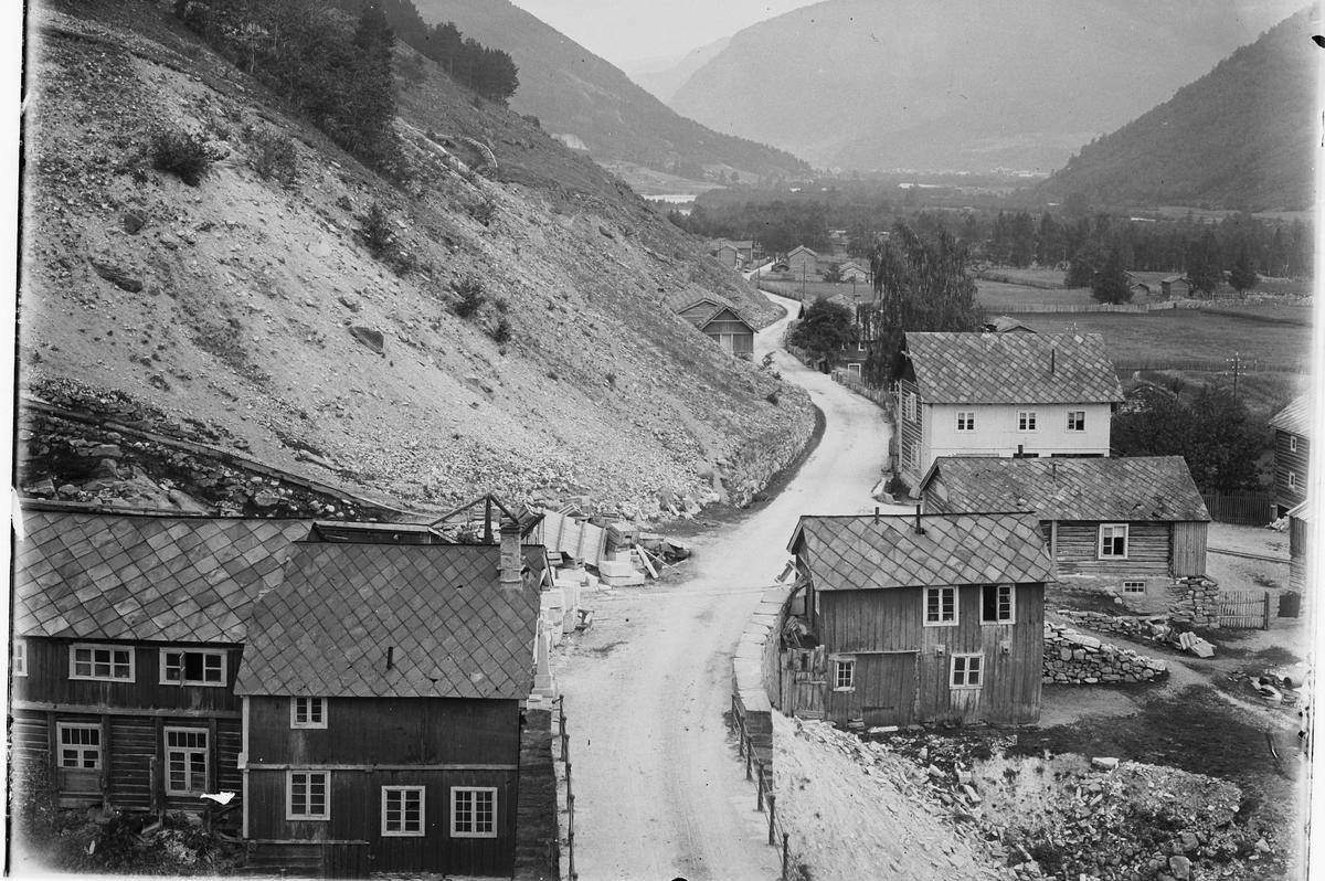 Selsverket, Sel, Gudbrandsdal med bebyggelse. Stampen mølle til venstre som hentet kraft fra elva Ula.