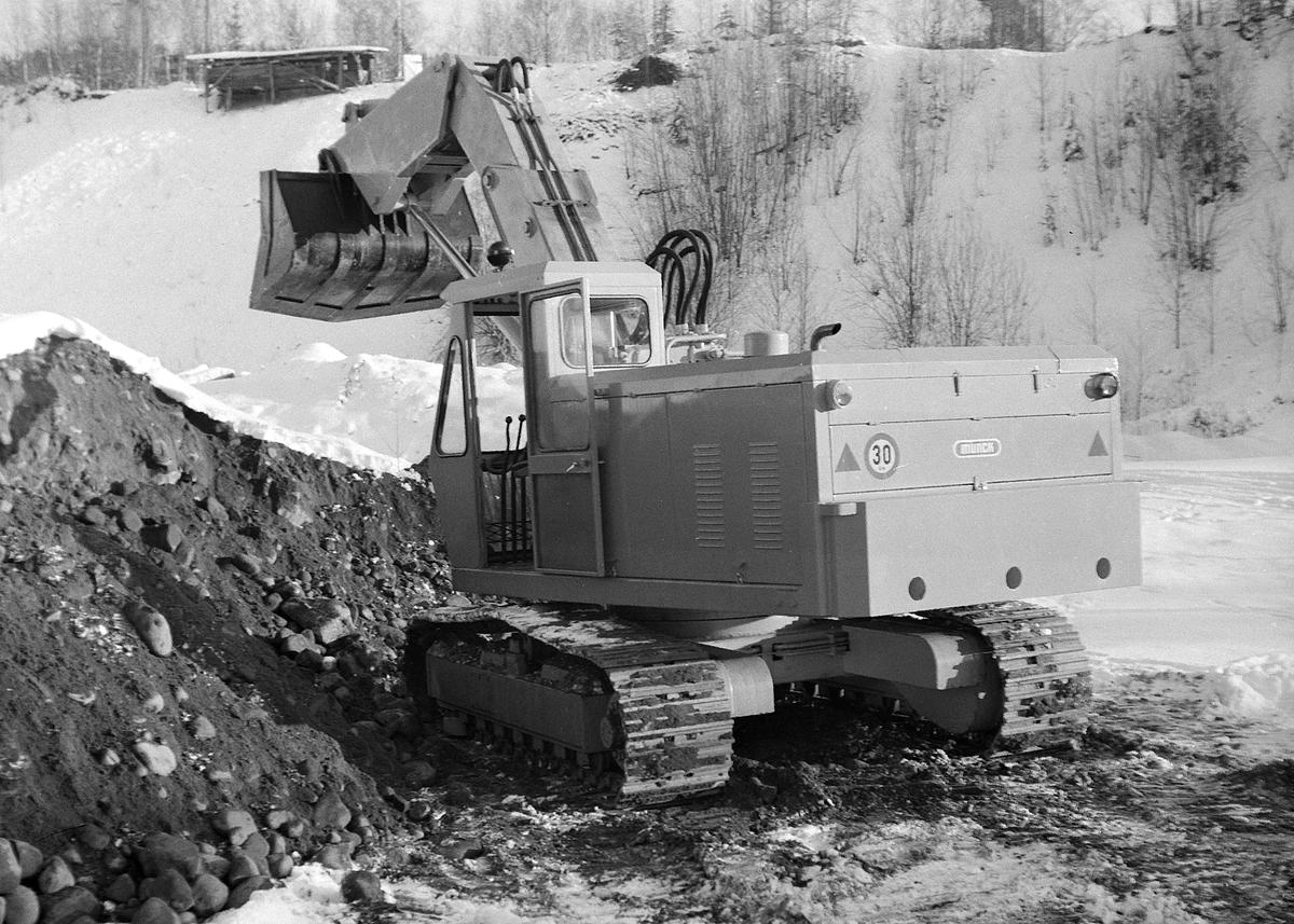Gravemaskin, Munck. Hamar Jernstøperi. Ham-Jern.  Forgraver, en forholdsvis uvanlig konstruksjon. De fleste gravemaskiner er bygget for å dra grabben bakover.