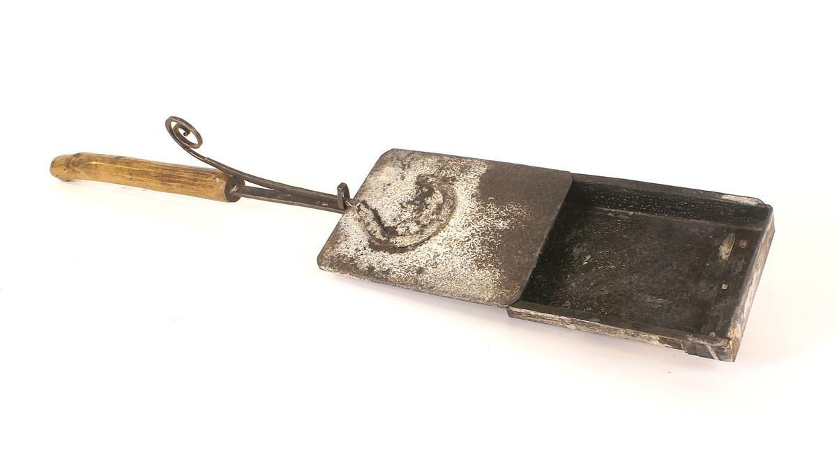Langskaftet kaffebrenner med skuffe og skyvelokk. Kaffebrenneren ble brukt under åpen ild.
