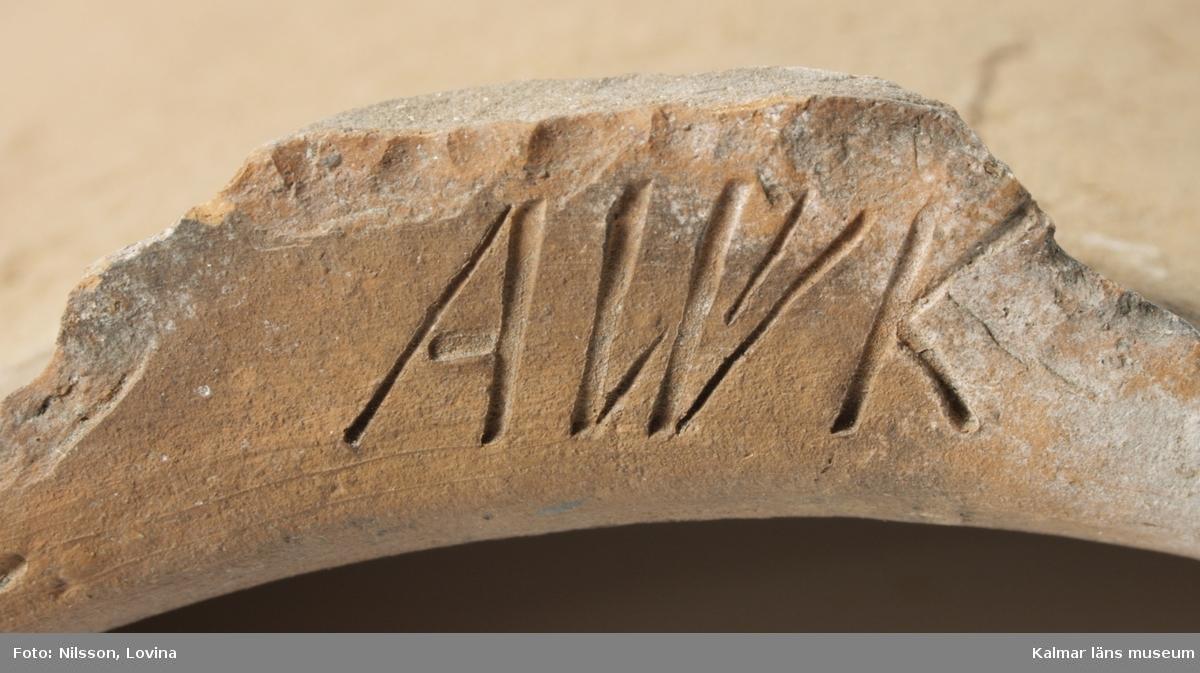 KLM 44450:62 Taktegel, av tegel. Kupningens radie 13,5 cm. Enkupigt oglaserat vingtegel, handslaget, oskadat. Stämpel på klackens nacke: AWK (Anders von Wahrendorff, Kalkudden, död 1848, efterträdare av Didrik Duvall). Tillverkad av Kalkudden tegelbruk.