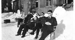 F6 Karlsborg 1956. Vinterövning. Från vänster teknikerna Blomqvist, Forsström, Fransson, Hansson, Andersson.