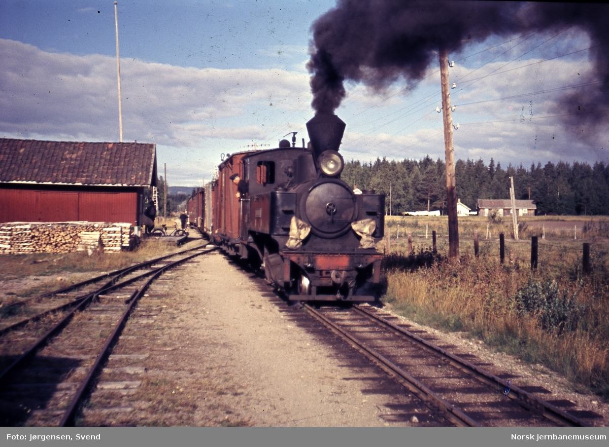 Blandet tog 2051 på Kjellingmo stasjon