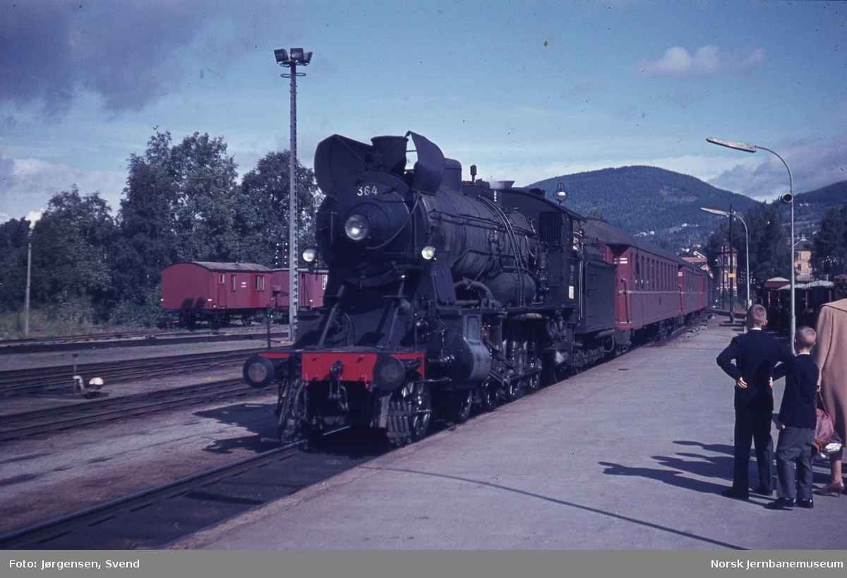 NSB damplok type 30b nr. 364 ankommer med persontog på Lillehammer stasjon