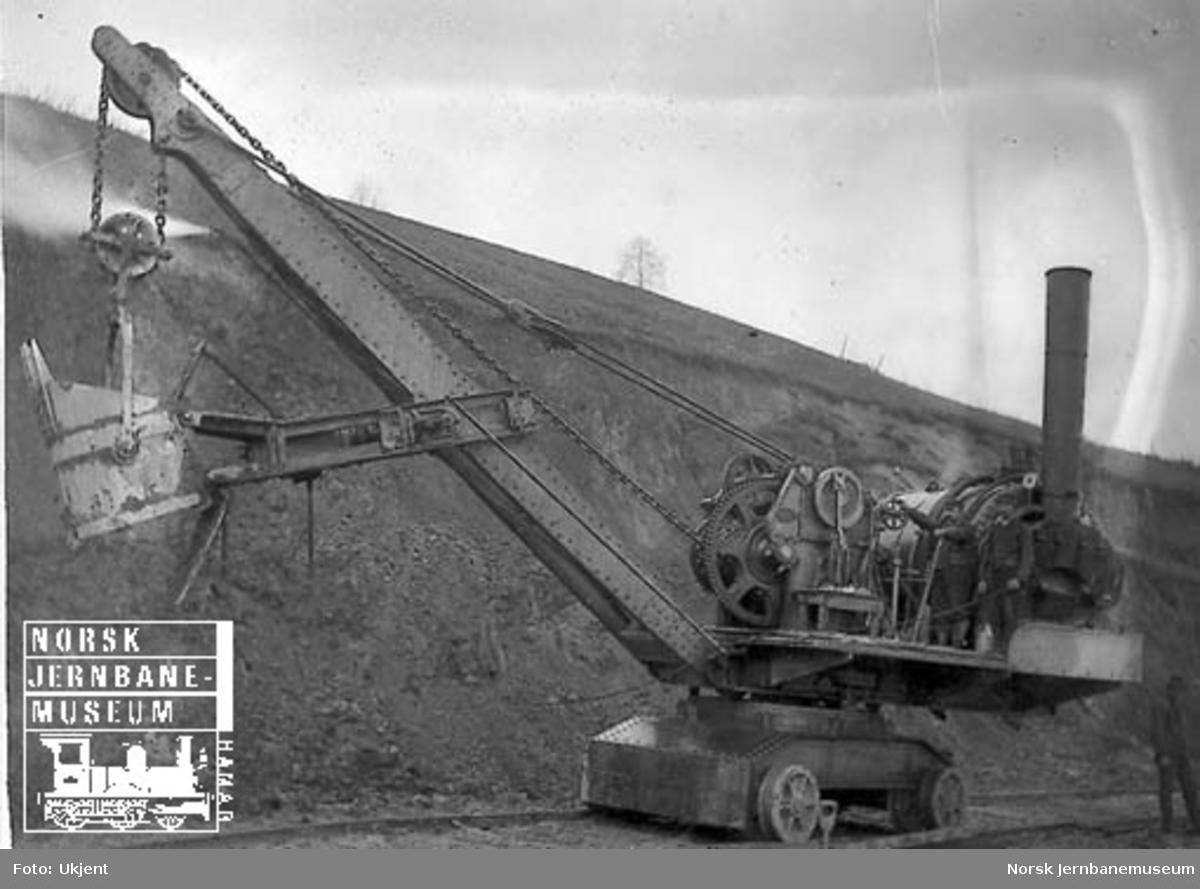 Hovedbanens skinnegående gravemaskin - Excavator - i bruk
