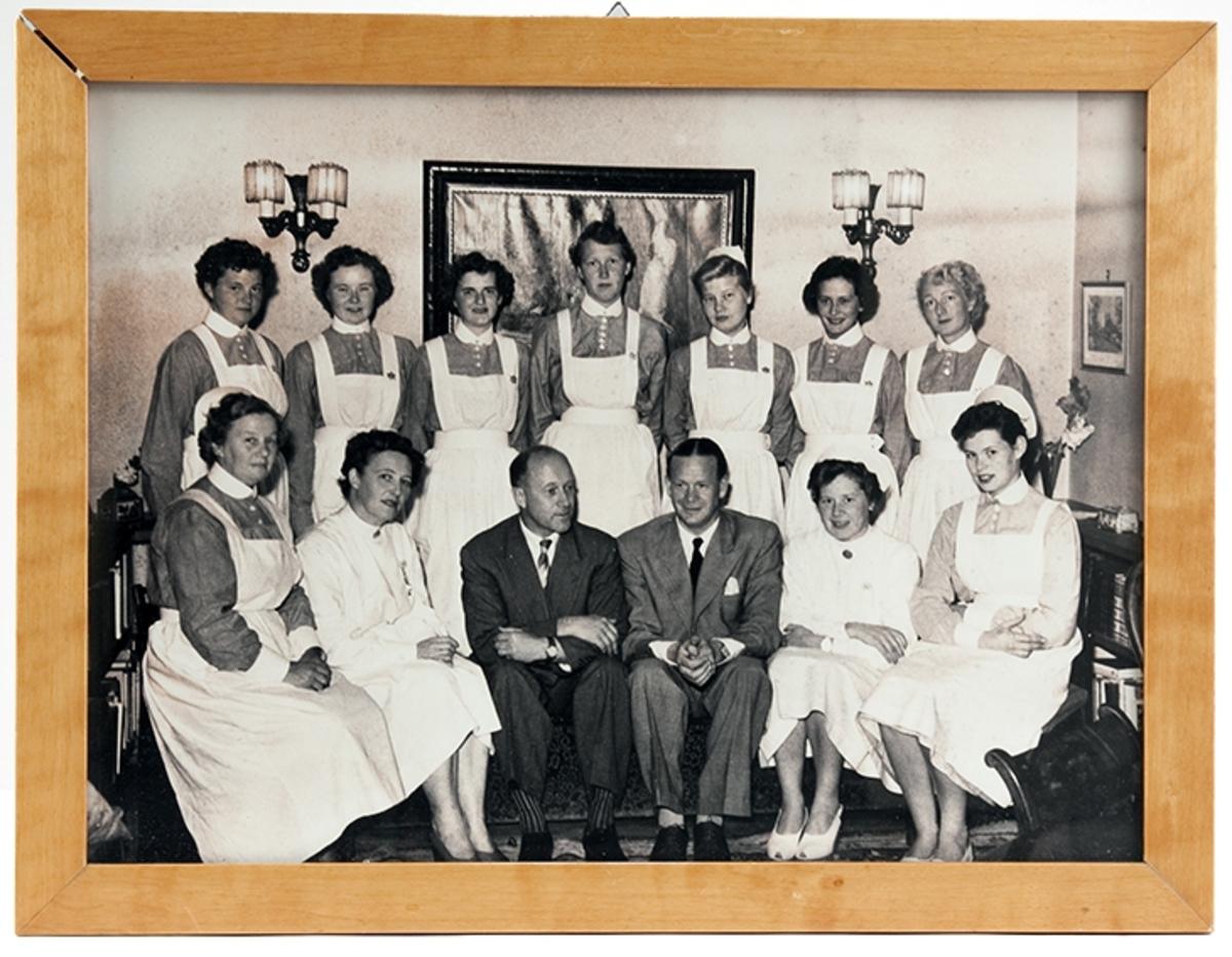 Gruppebilde, elevkull ved Drøbak Syke- og fødestue 1953-54.