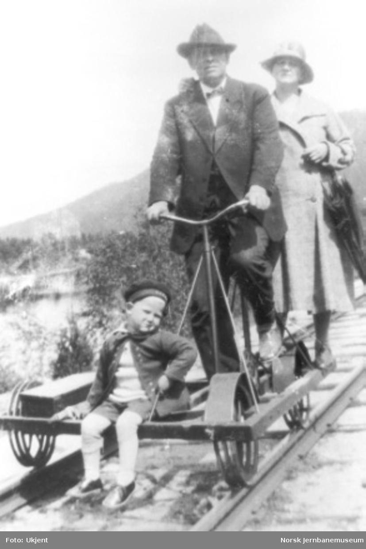 Stasjonsmester Torjus Jacobsen med familie på sykkeldresin