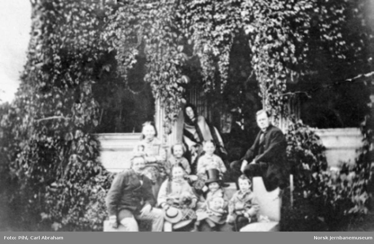 Gruppebilde fra Pihls hage i Gustavs gate