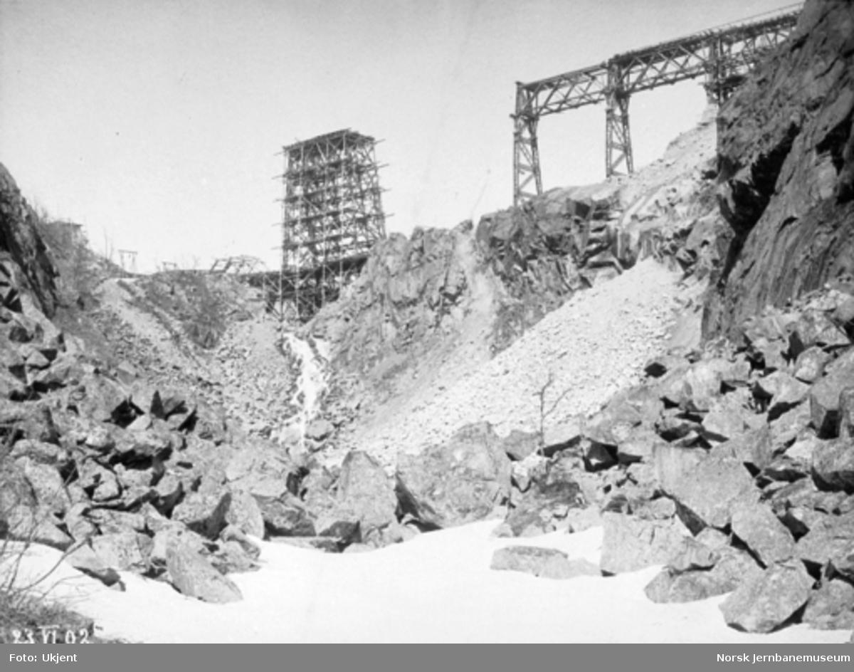 Byggingen av Norddalsbrua : Pillar 1, 2, 3 og 6 på plass