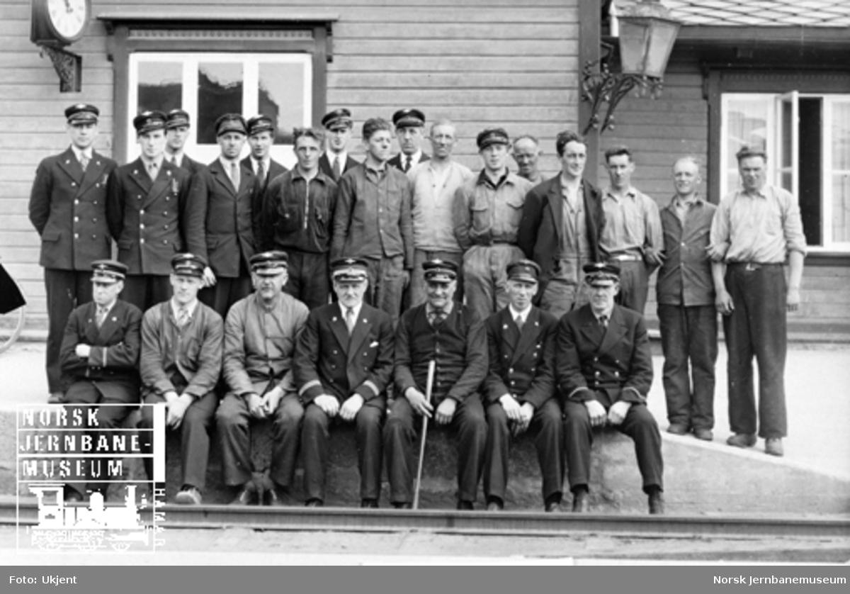 Personalet på Koppang stasjon oppstilt for fotografering på plattformen