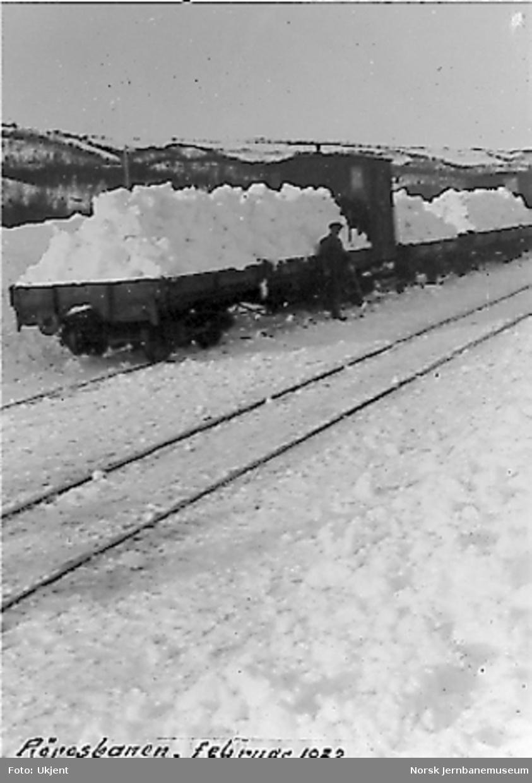 Snømåkere laster snø på godsvogner for bortkjøring fra Glåmos stasjon