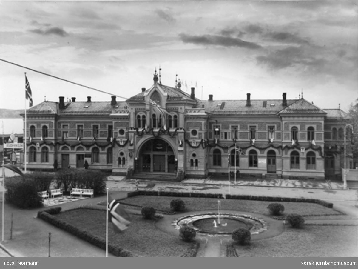 Hamar stasjon pyntet i anledningen jernbanens dag; stasjonsparken i forgrunnen