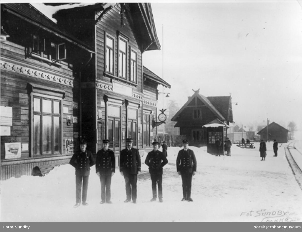 Brumunddal stasjon med den innvendige stasjonsbetjeningen på plattformen
