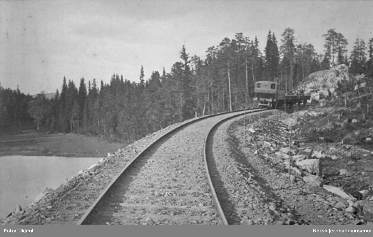 Ett av Valdresbanens første damplokomotiver med to grusvogner, trolig under banens grusing