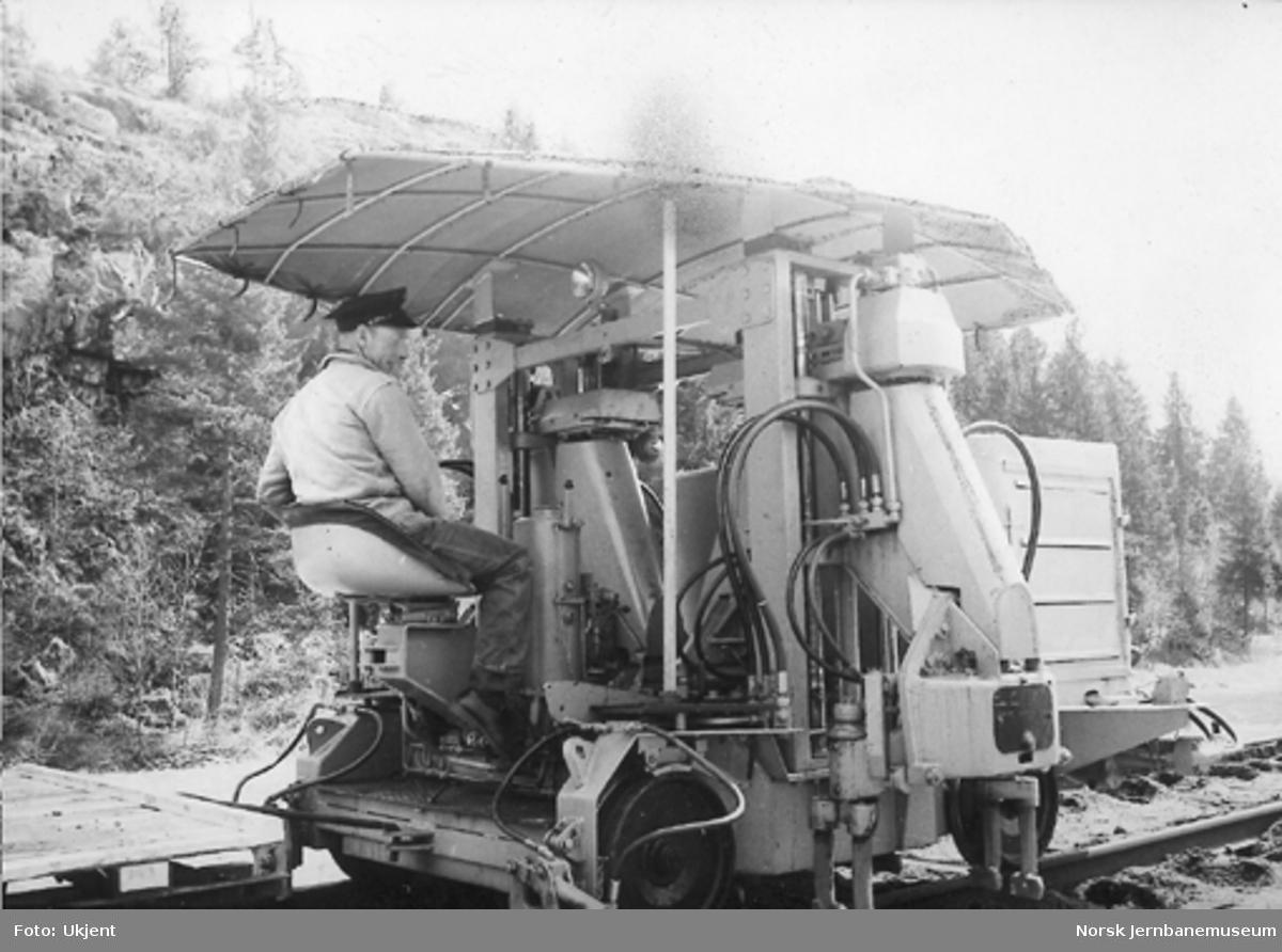 Svillepakkemaskin fra Plasser & Theurer type KST95 i arbeid på linjen