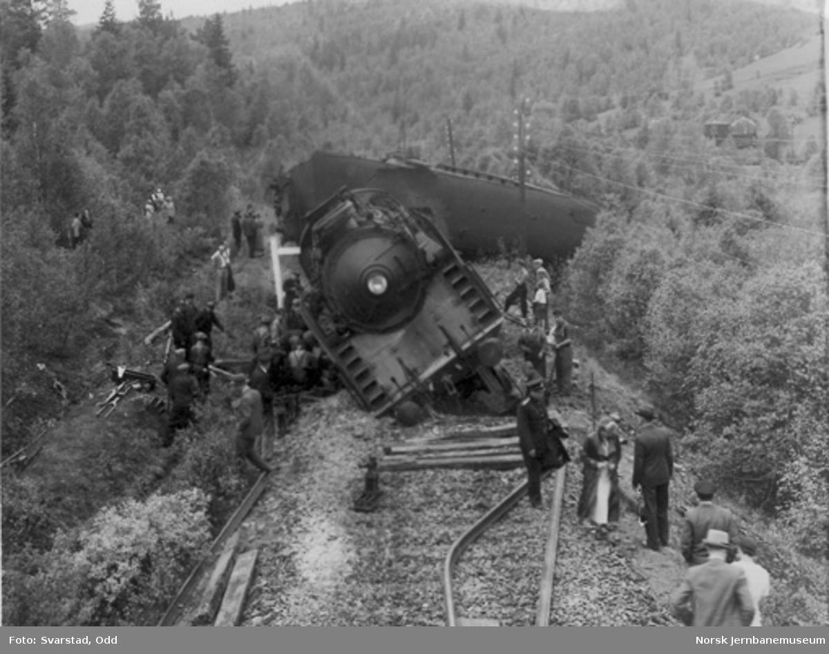 Avsporet nattog 405, trukket av damplokomotiv type 49b nr. 465, mellom Garli og Berkåk