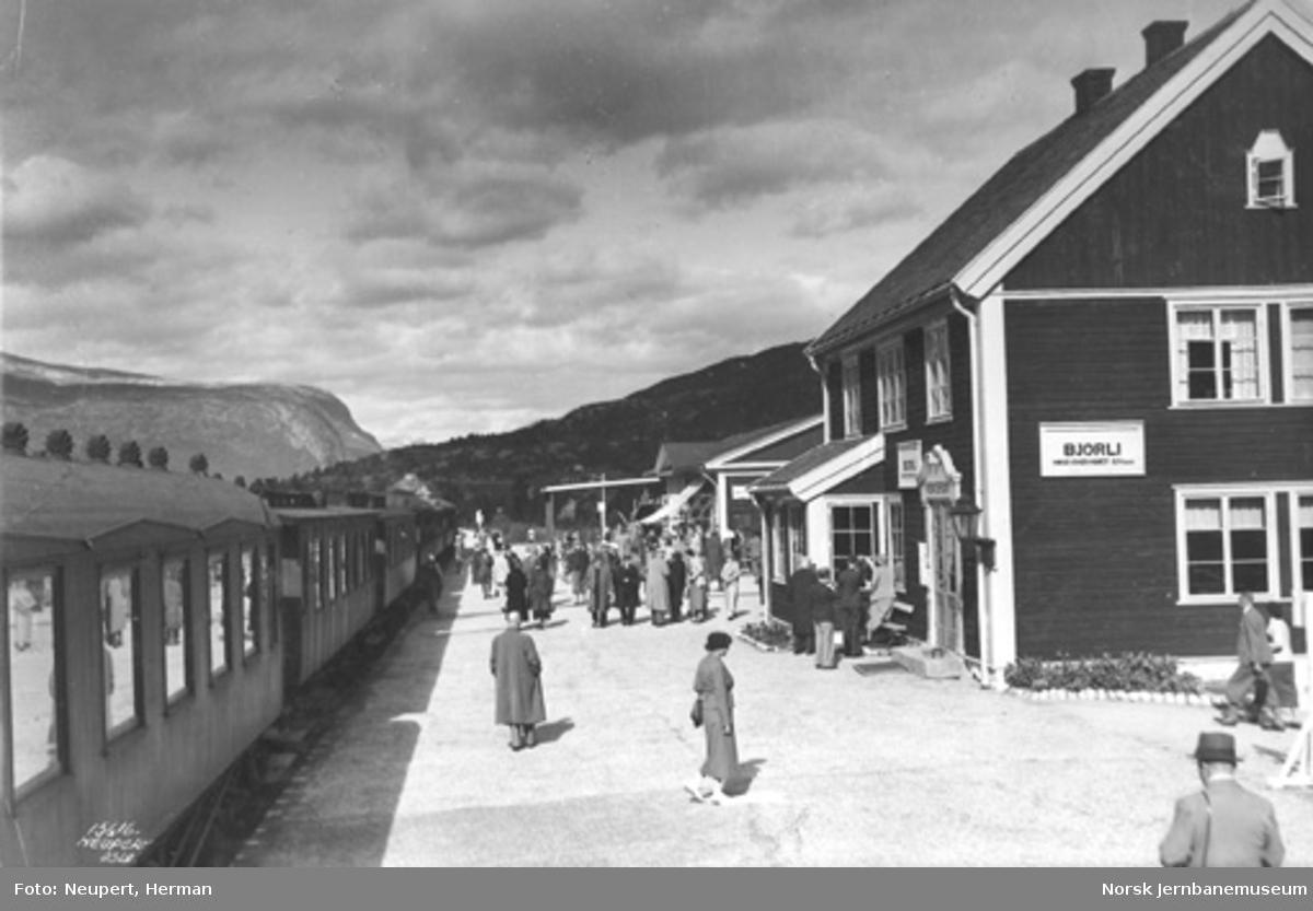 Reisende på plattformen under restaurantopphold på Bjorli stasjon