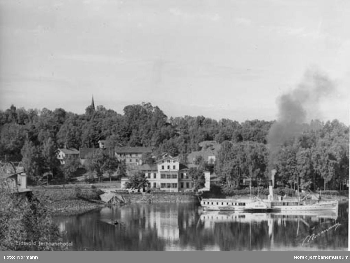 """Eidsvoll stasjon fra østsiden; """"Skibladner"""" i forgrunnen"""