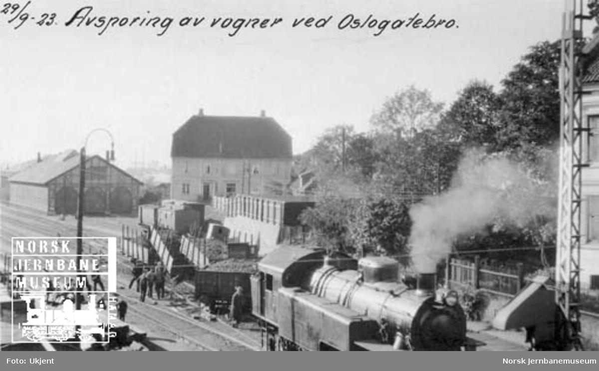 Avsporte vogner ved Oslogate bro med Hovedbanens damplokomotiv nr. 99 i forgrunnen