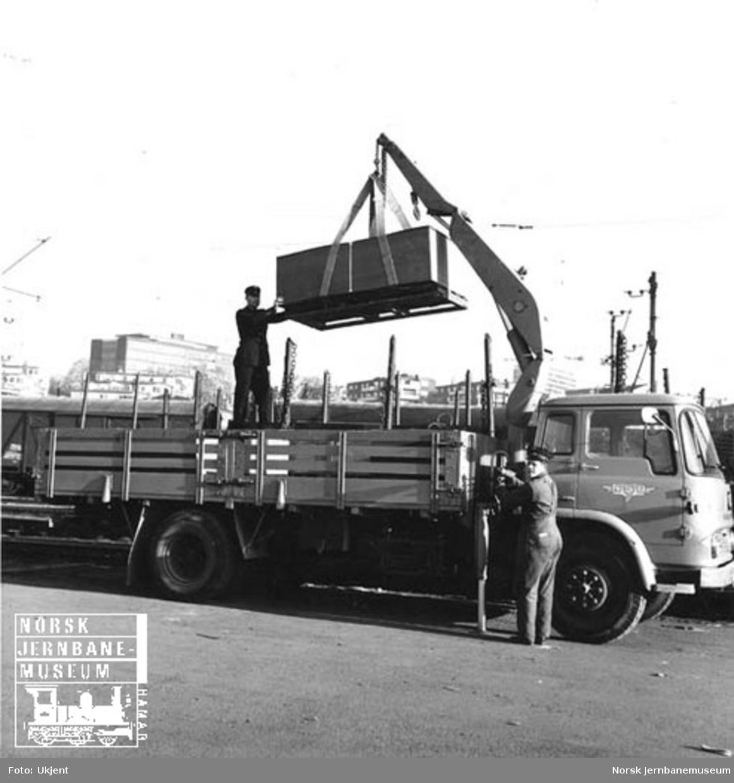 Bedford lastebil med kran, tilhørende NSB Biltrafikk