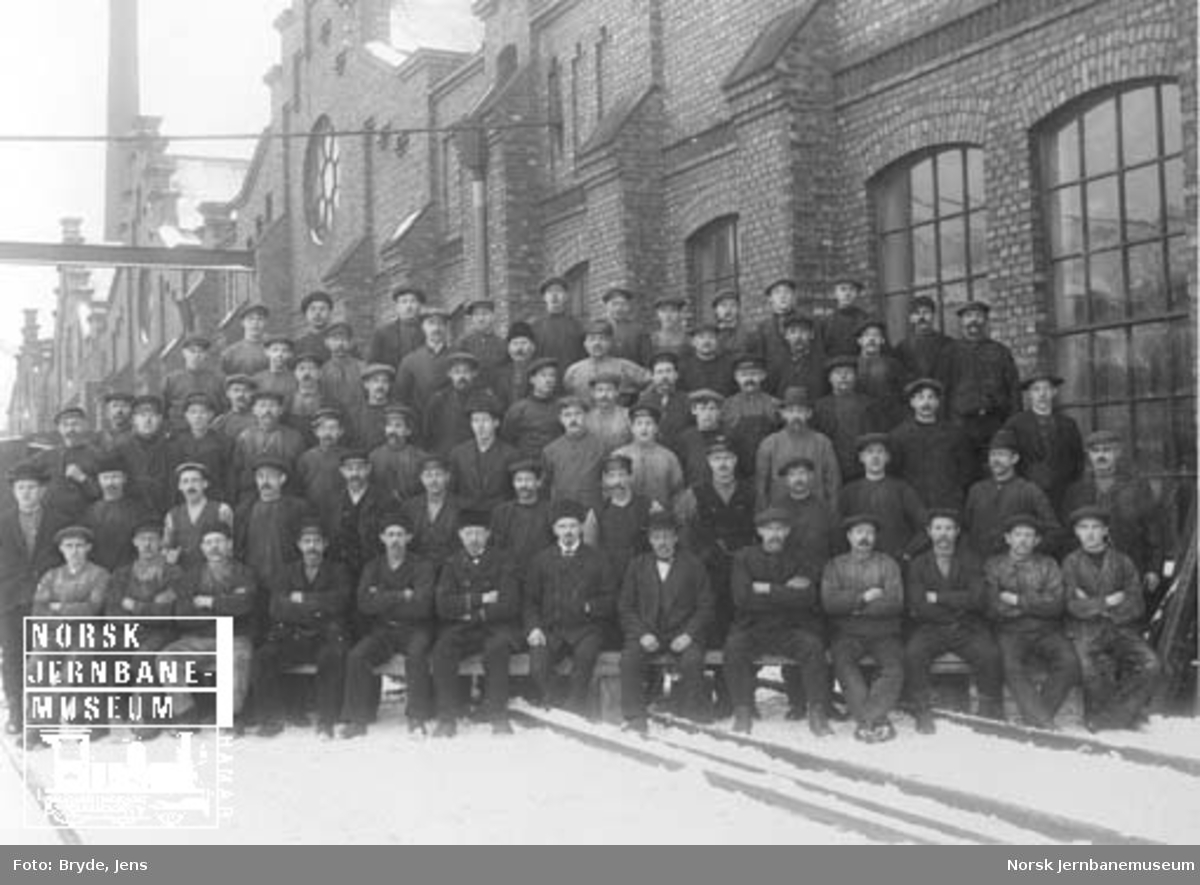 Gruppebilde av personalet ved jernbaneverkstedet Bispegata på Oslo Ø