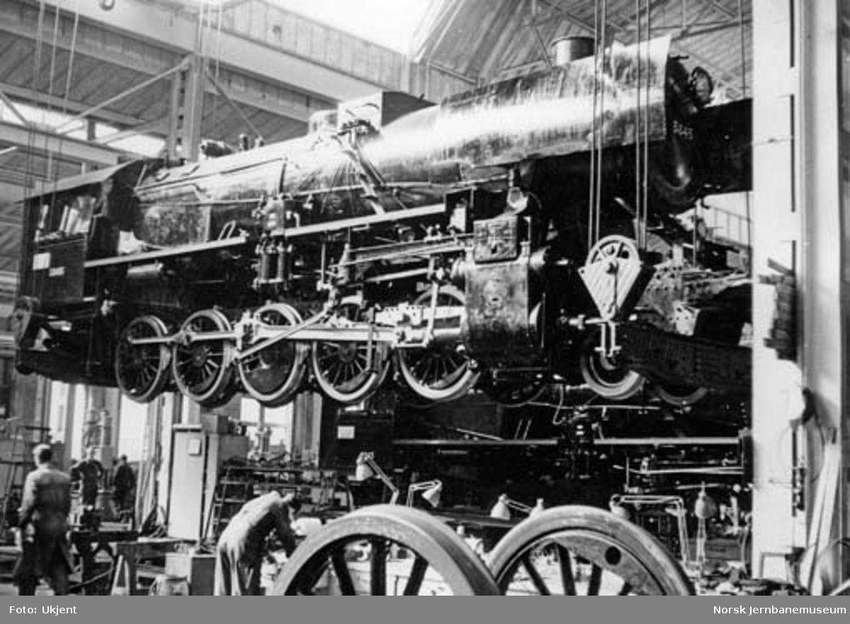 Damplokomotiv type 63a nr. 5845 i kran i verksted