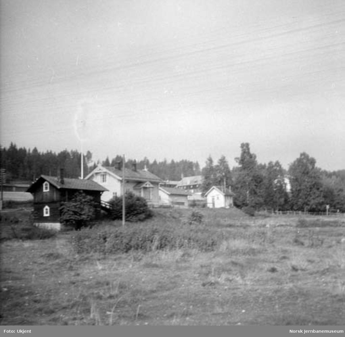 """Åsta stasjon, oversiktsbilde fra """"baksiden"""""""
