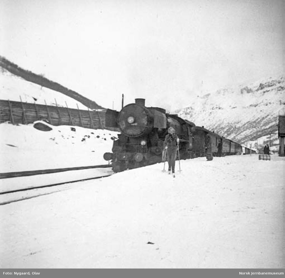 Sørgående daghurtigtog ankommer Kongsvoll stasjon, trukket av damplokomotiv type 63a nr. 5841