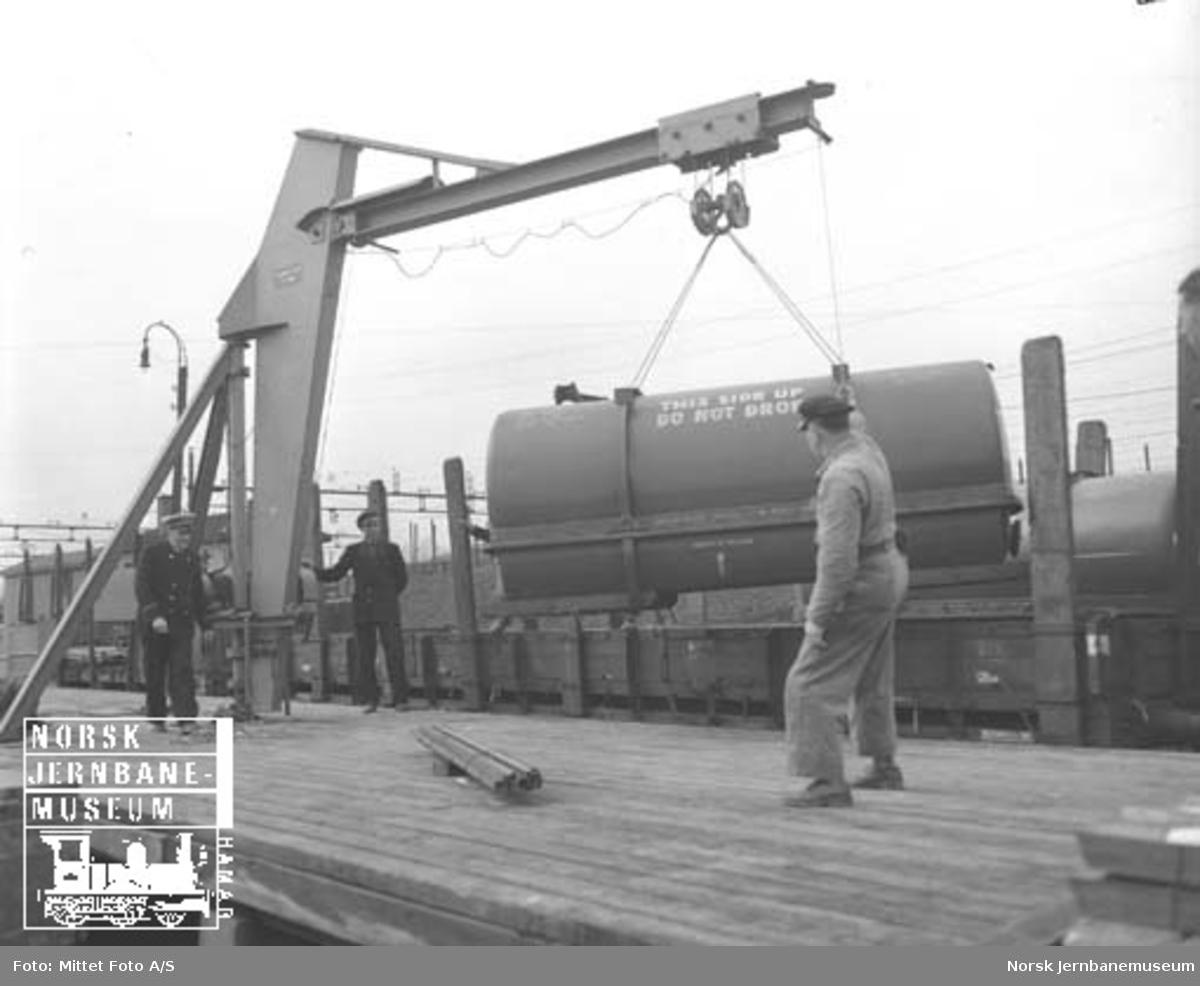 Elektrisk 3 tonns svingkran på Lillestrøm stasjons godsterminal : omlasting av tank til lastebiltransport