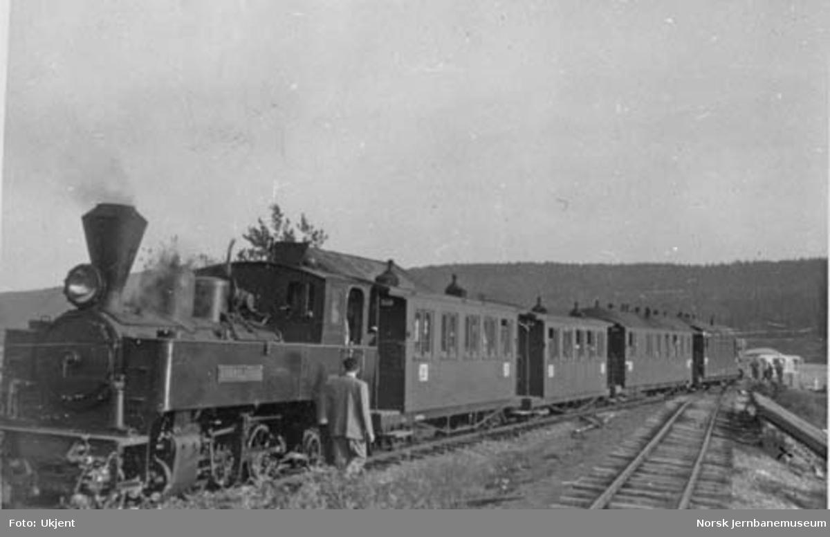 "Aurskog-Hølandbanens damplokomotiv nr. 5 ""Bjørkelangen"" foran persontog"