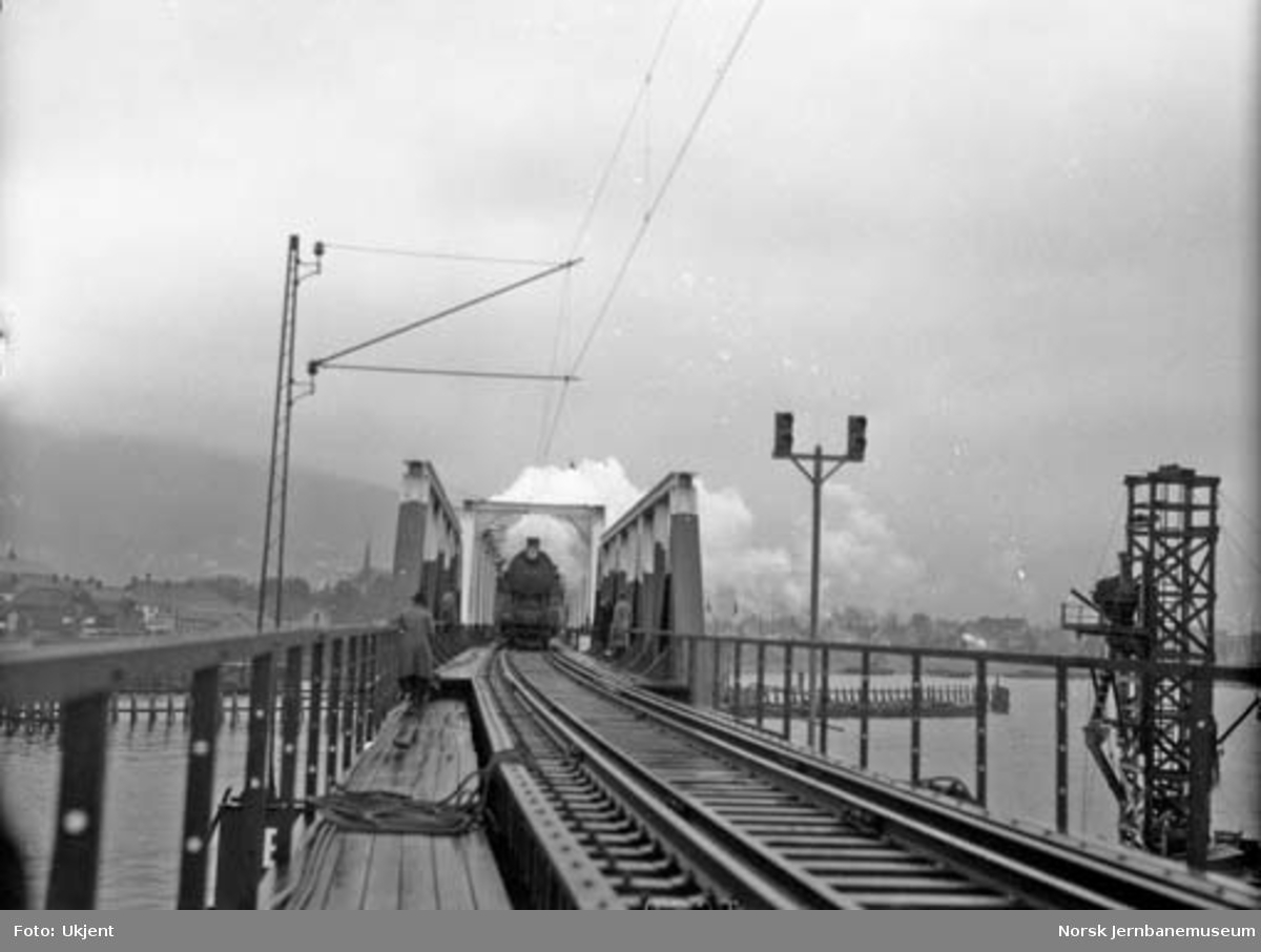 Bruer over Drammenselva : åpning av bruene i 1930