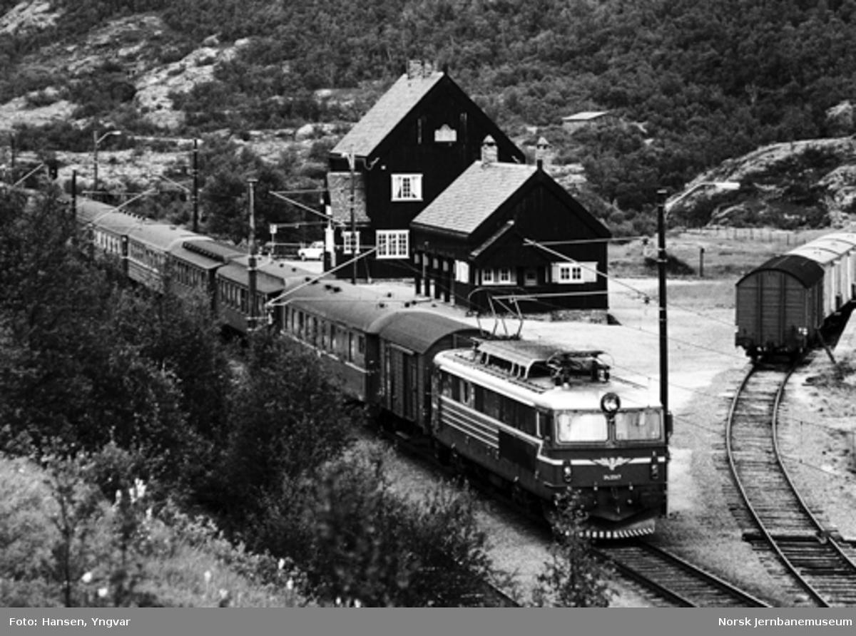 Dubleringstog, hurtigtog 1202, passerer Kongsvoll stasjon