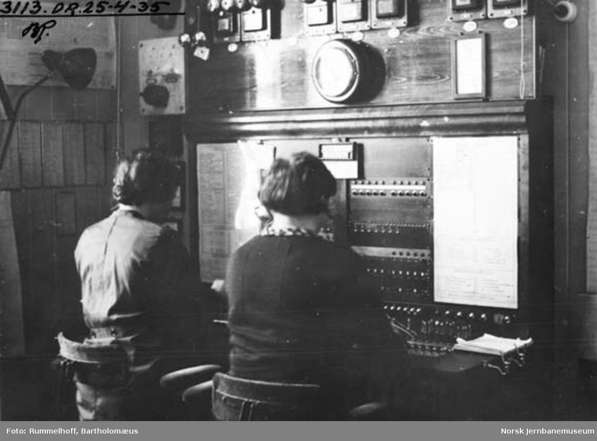 Dame på telegraf-/telefonsentral, trolig på Drammen stasjon