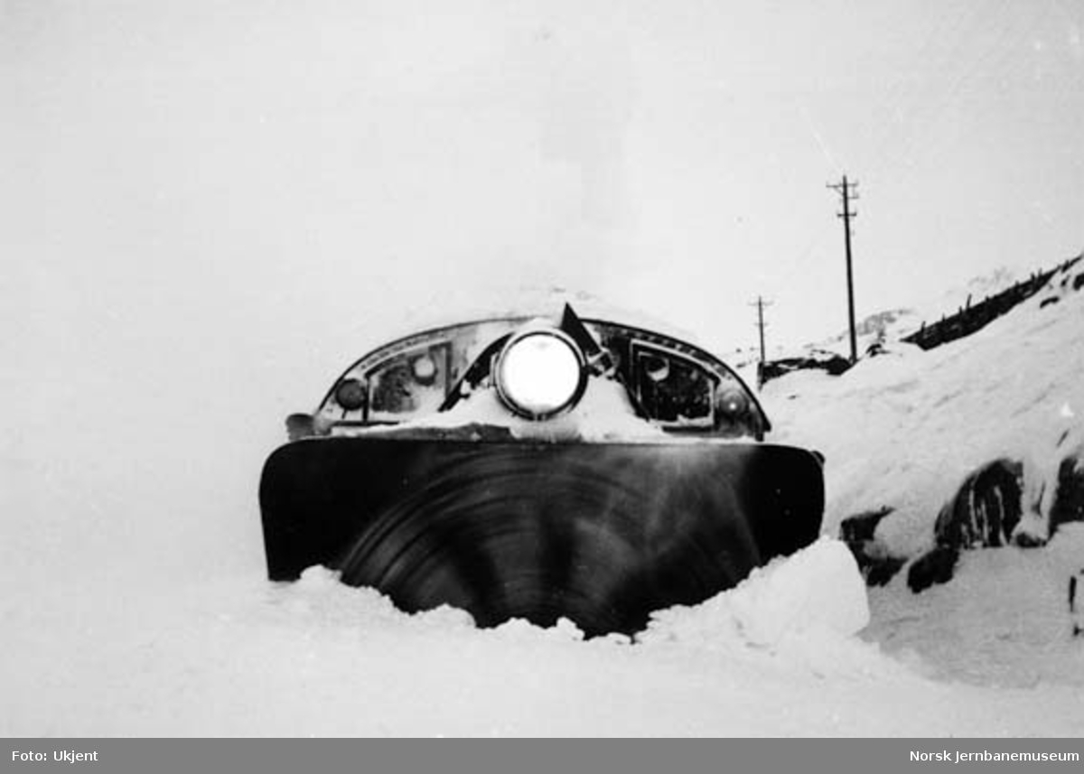 Snøblokade ved Fagerbotn 1937 : roterende snøplog i arbeid
