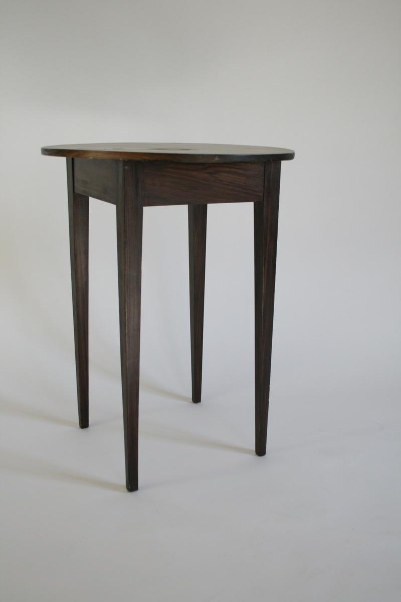 Lite bord med rund plate på firkantet sarg.