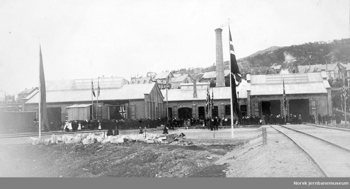 Jernbanens verksted pyntet på kongemiddagen