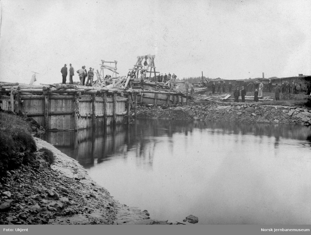 Bygging av bru over Levangerelva - utglidning 20. september 1900, sett fra sørvest