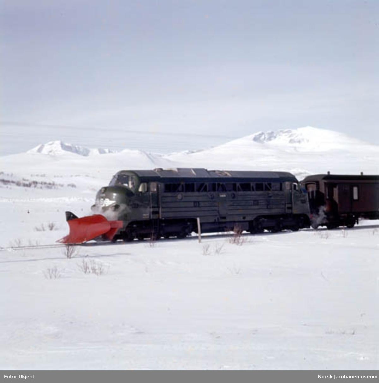 NSB diesellokomotiv type Di 3 nr. 609 foran sørgående dagtog på Dovrefjell