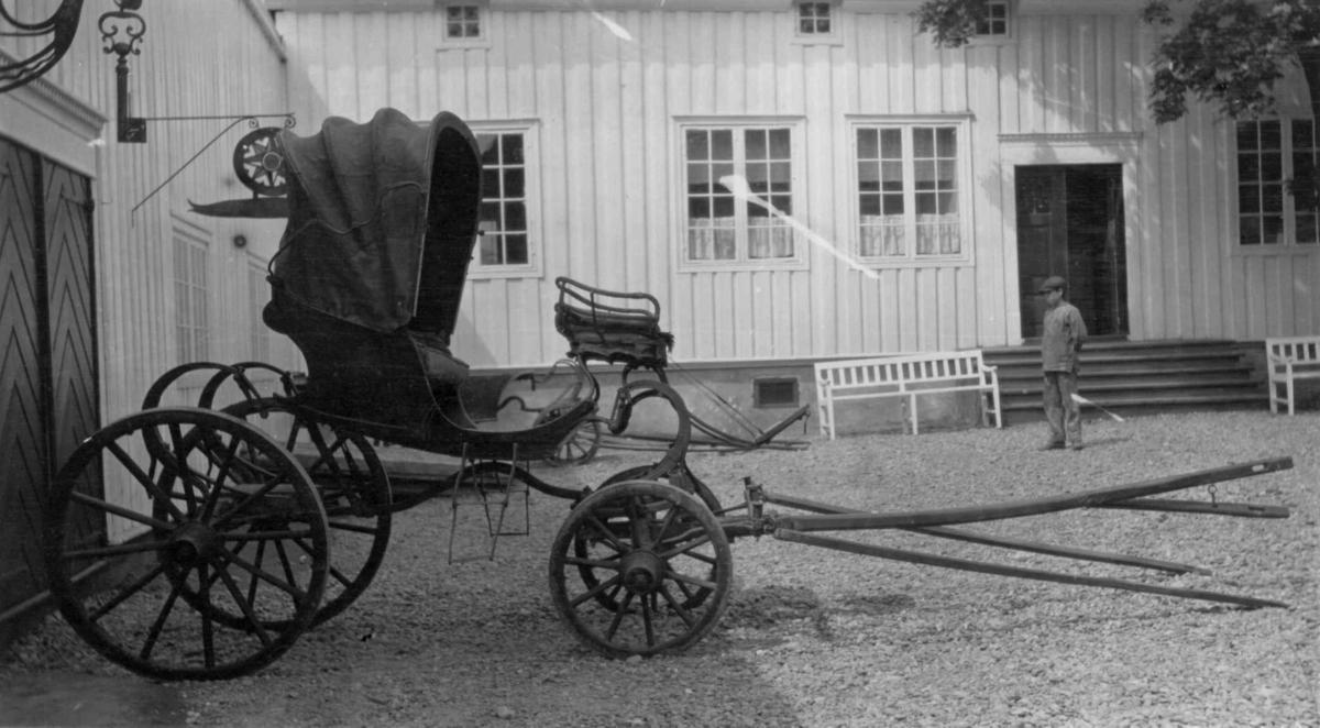 Kalesjevogn - bildet er fra Marienlyst i Drammen (i dag en del av Drammens Museum). Vognen er i Drammens Museums samling.