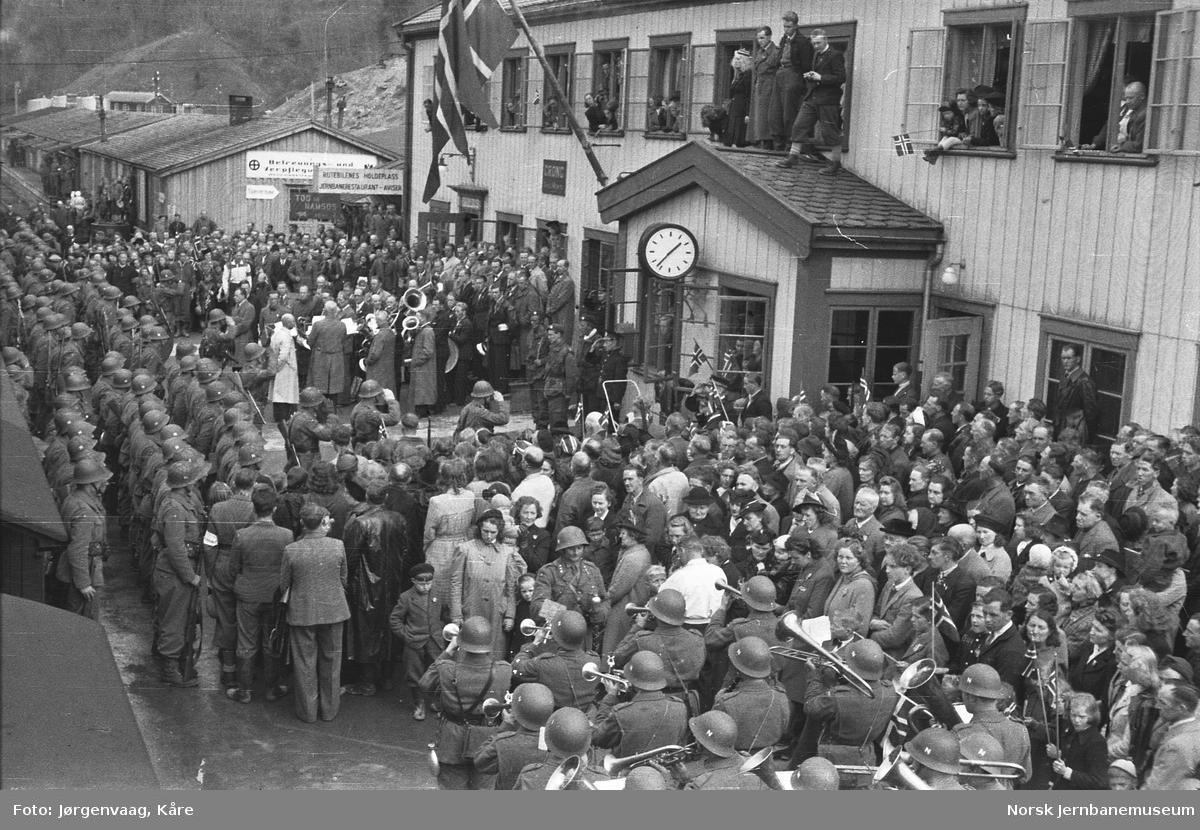 Folkemengde på Grong stasjon ved norske soldaters hjemkomst fra Sverige