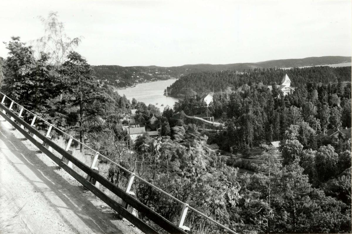 Nedre Bekkelaget, med Ulvøya i bakgrunnen. Bildet er sannsynligvis tatt fra Bekkelagsveien. Dette er tatt før raset på Nedre Bekkelaget da både veien og togtrasseen var annerledes enn i dag.